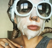 маска для лица звезды, звезды в масках фото, звезды в масках на лице, звезды селфи фото