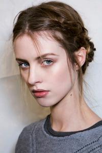 косы,бьюти-тренды,прически на короткие волосы,боковая коса,французская коса