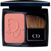 Dior представляет свои легендарные румяна в новом свете – их обновленная текстура обеспечивает идеальное нанесение, оставляя на коже лишь ощущение невесомой вуали прозрачного оттенка. Яркие вспышки красных, розовых, коралловых и телесных оттенков – новый мотив для завершающего штриха макияжа.