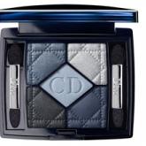 Бестселлер от Dior - палитра теней для век - открывает безграничные возможности сочетания соблазнительных оттенков, специально разработанных для легкого нанесения и стойкого макияжа. Совет визажистов: используйте овальную кисточку для нанесения самого светлого оттенка на верхнюю часть внутреннего века, затем растушуйте самый темный оттенок вдоль линии роста ресниц. Внешний угол глаза затушуйте одним из оставшихся цветов. Для большей выразительности нанесите четвертый цвет под ресницами.