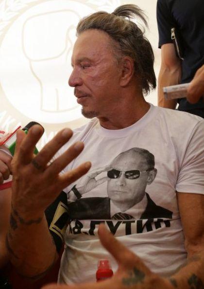 Микки Рурк в футболке с Путиным