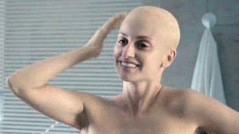 Отчаянно: Пенелопа Крус побрила голову наголо