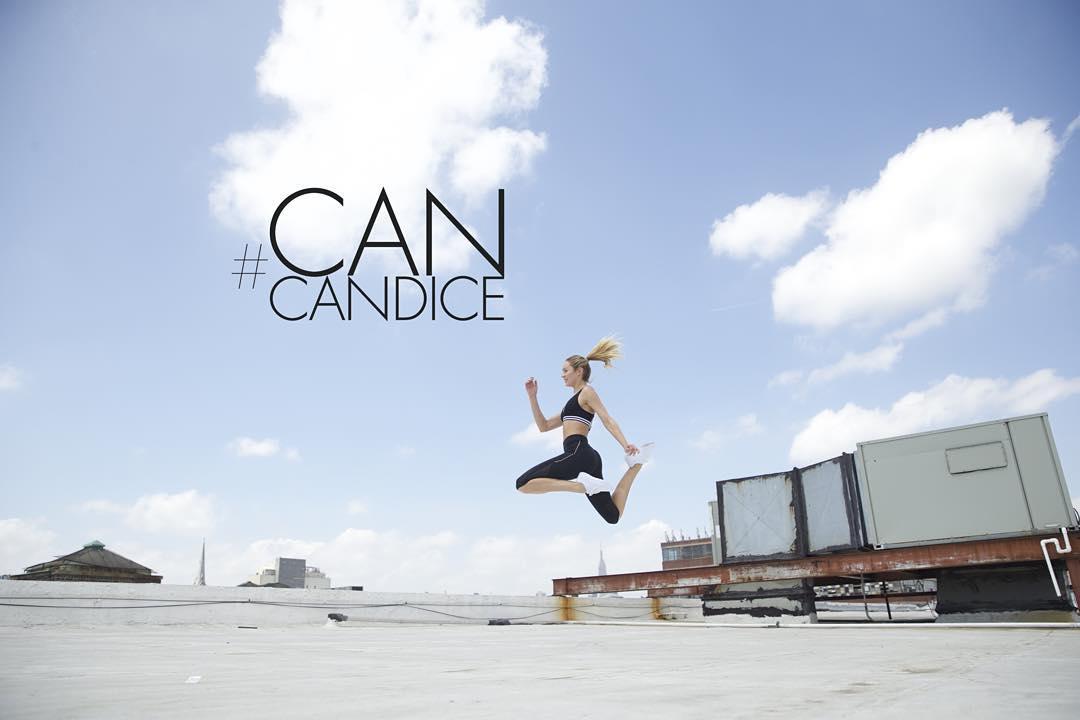 Полетаем: Кэндис Свейнпол практикует воздушную антигравити йогу