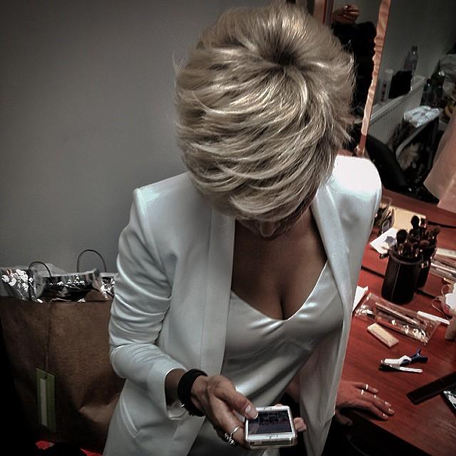 Фото девушки блондинки с короткой стрижкой со спины