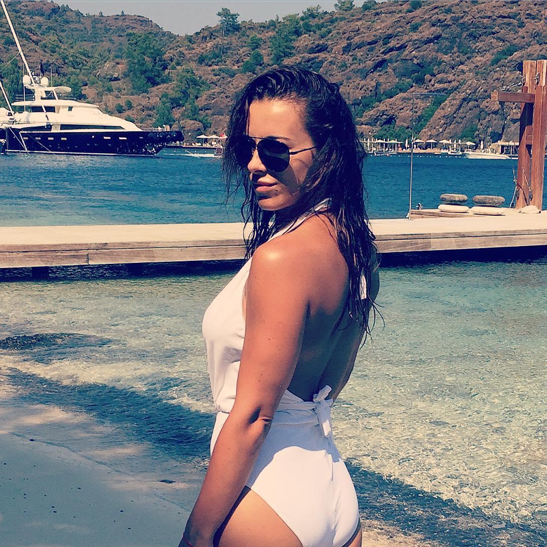 Пляжный альбом: Ани Лорак хвастается стройной фигурой в купальнике