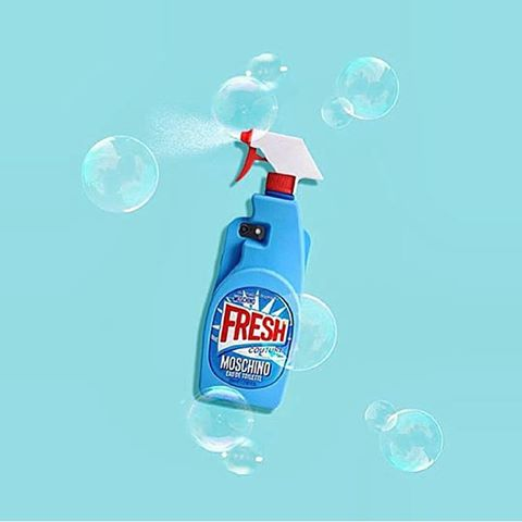 Генеральная уборка: для рекламной кампании нового аромата Moschino Линда Евангелиста превратилась в домохозяйку