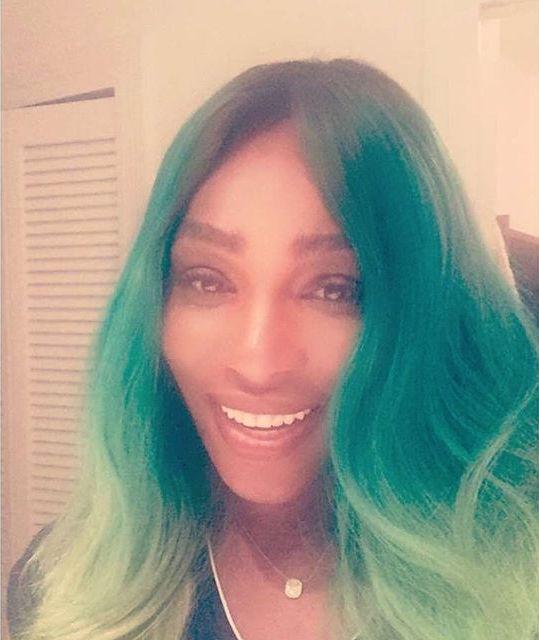 Ого, зеленый! Популярная теннисистка кардинально сменила цвет волос