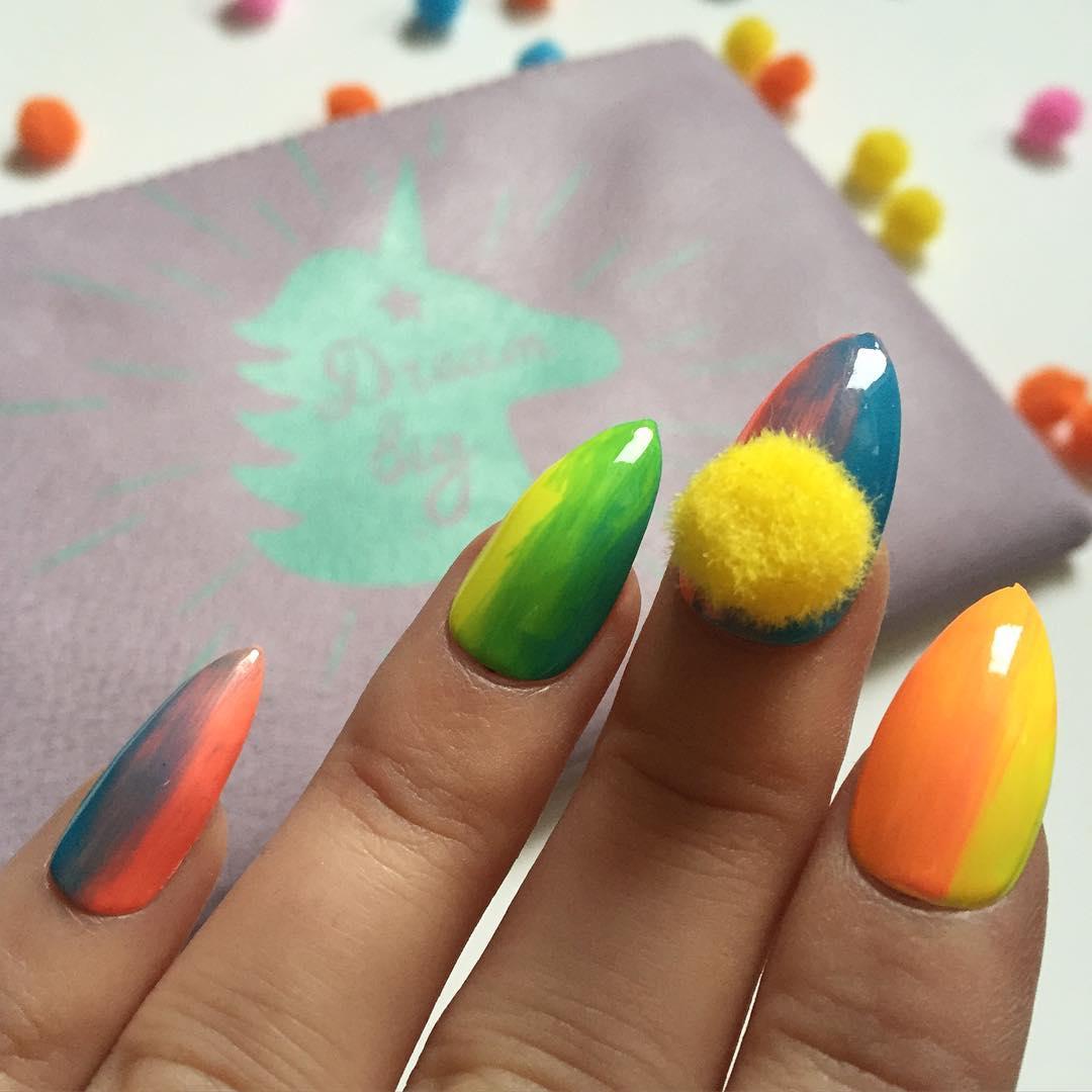 Маникюр с помпонами - самый забавный nail-тренд весны 2016 фото