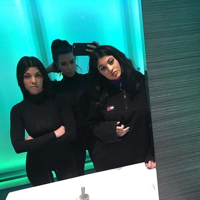 А что с лицом? Новое селфи Ким Кардашьян вызвало массу вопросов у поклонников