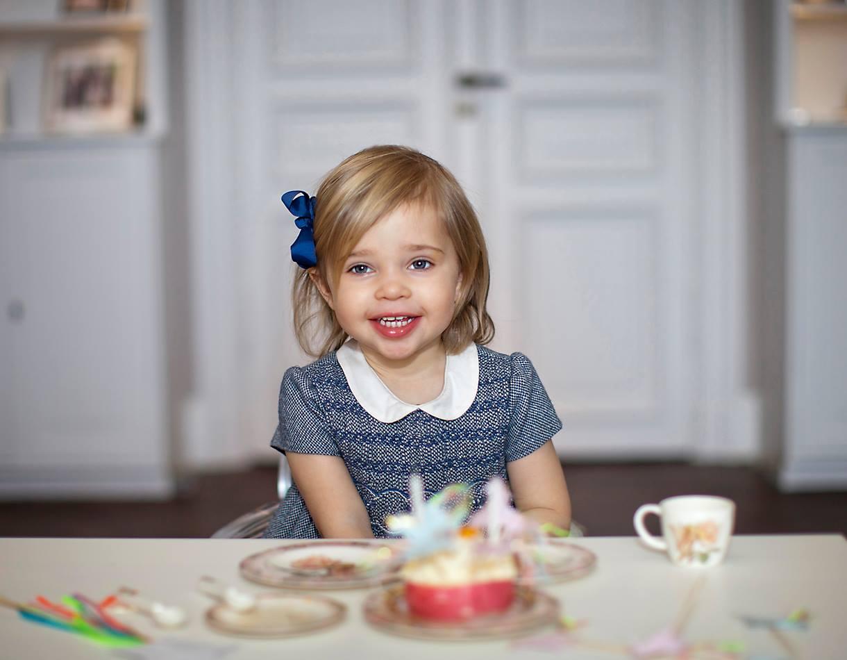 Прекрасная принцесса: шведская принцесса Мадлен блистала красотой на благотворительном чаепитии с детишками