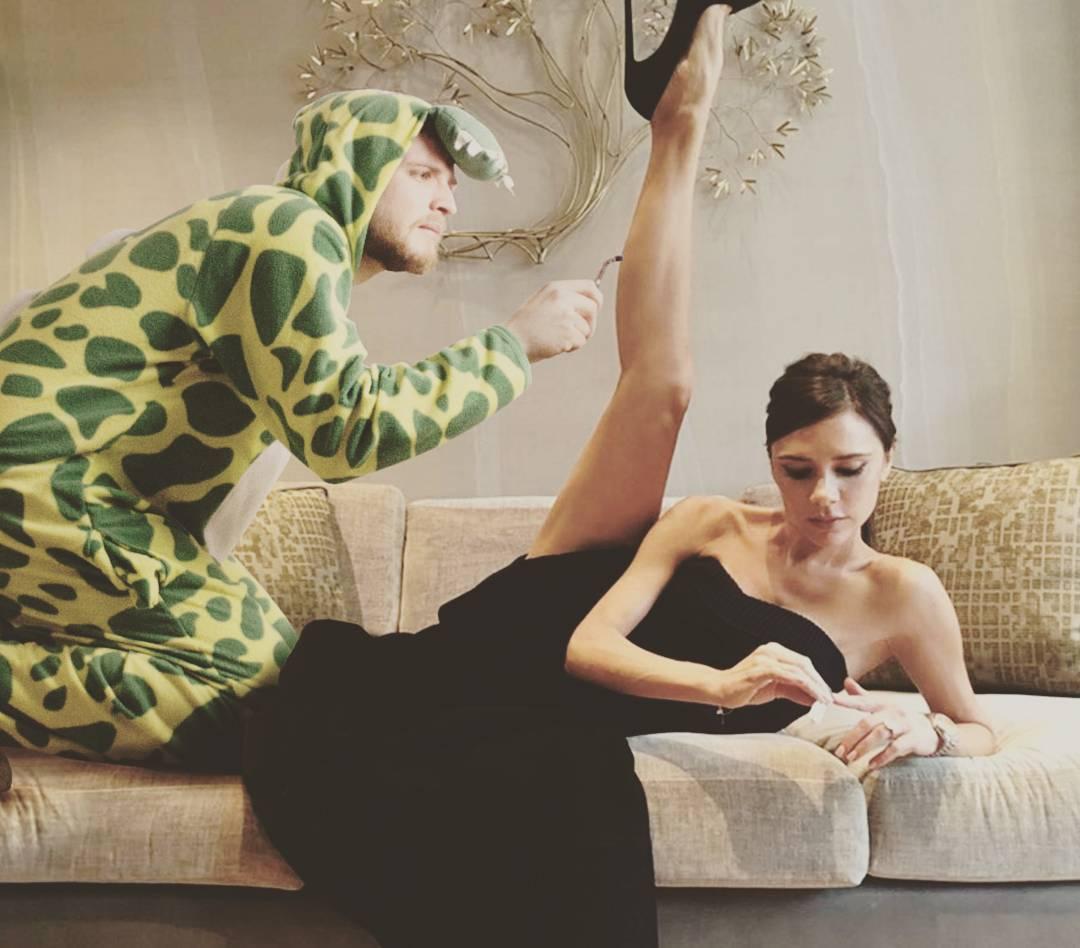 Динозавр-комик: гуру фотошопа добавляет себя в смешной пижаме на фото со звездами
