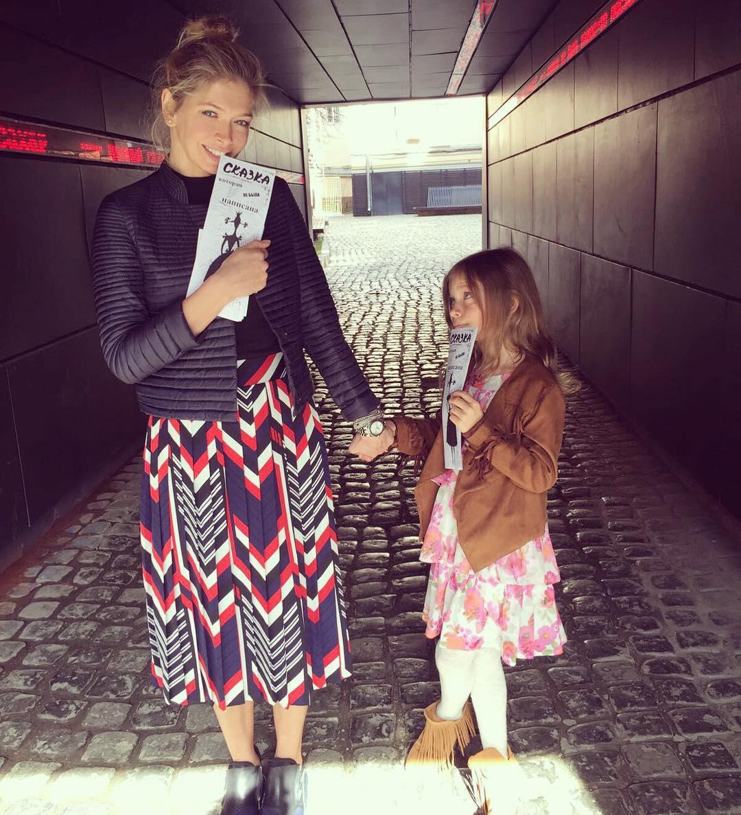 Образ дня: стильная мамочка Вера Брежнева с младшей дочерью на спектакле