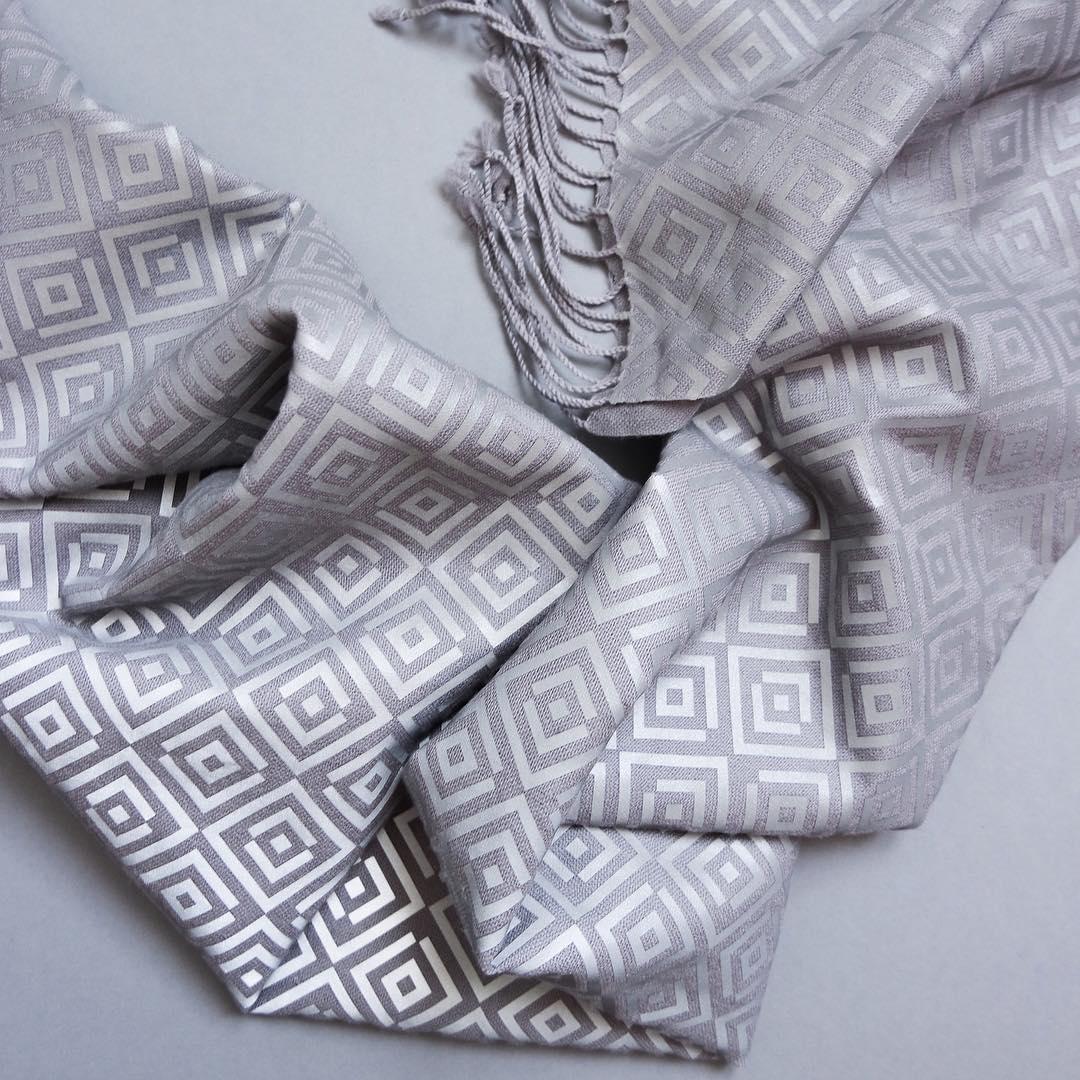 Уберите камеры: в продаже появился шарф, спасающий от папарацци