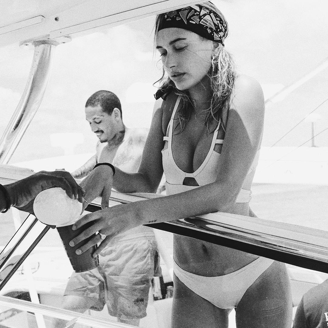 Ударная доза красоты: Белла Хадид, Хейли Болдуин, Кайли и Кендалл Дженнер в бикини на яхте