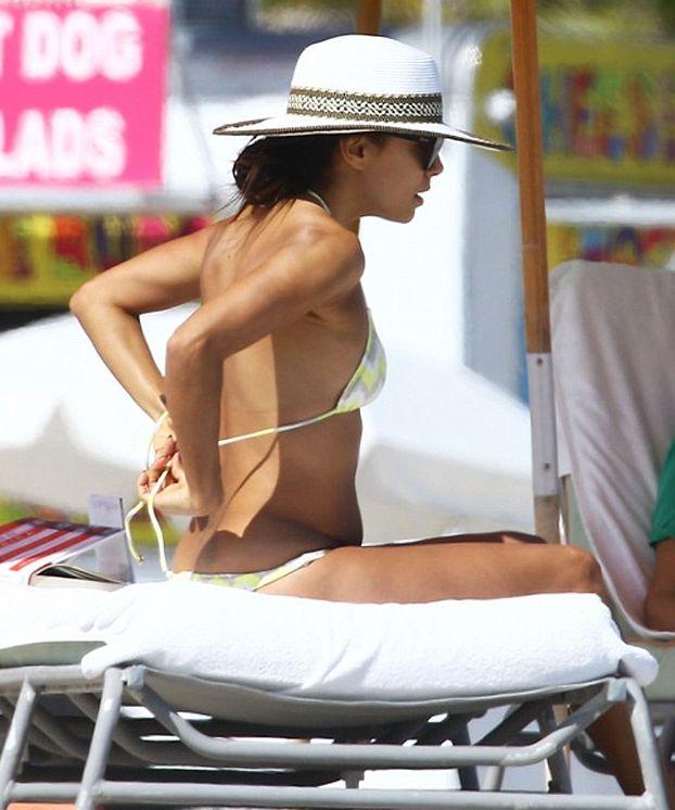 Ева Лонгория засветила целлюлит на пляже