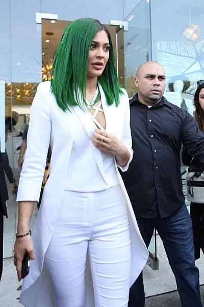 Шо, опять? Кайли Дженнер перекрасилась в ярко-зеленый