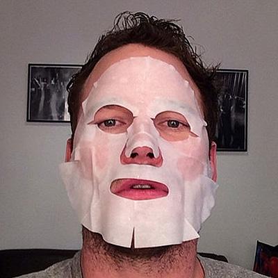 Маска, вы прекрасны: звезды массово постят селфи в масках для лица