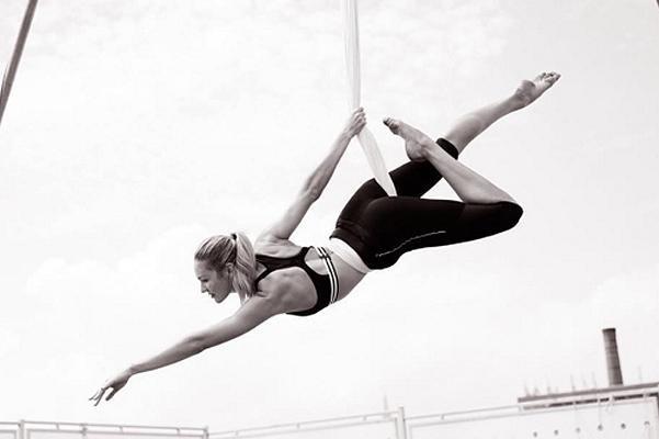 Кэндис Свейнпол практикует воздушную антигравити йогу фото