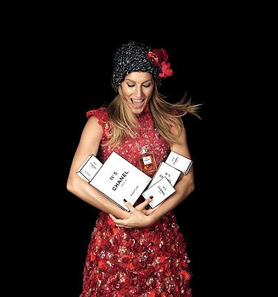 С Рождеством! Жизель Бундхен в рождественской кампании Chanel No 5