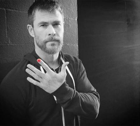 Зак Эфрон, Лиам и Крис Хемсворты покрыли ноготь лаком в рамках благотворительной кампании Polished Man (ФОТО)