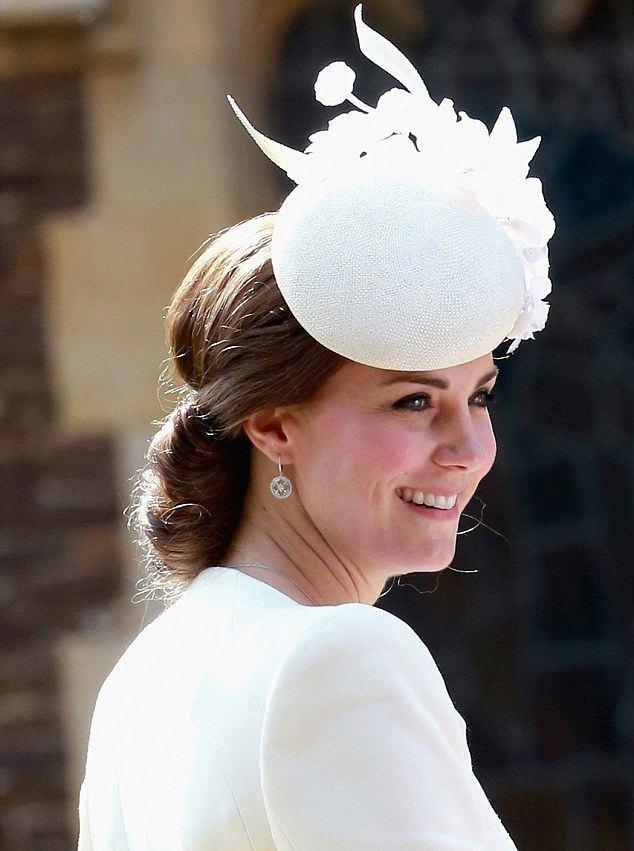 Образ дня: Кейт Миддлтон блистает в кремовом платье от Alexander McQueen