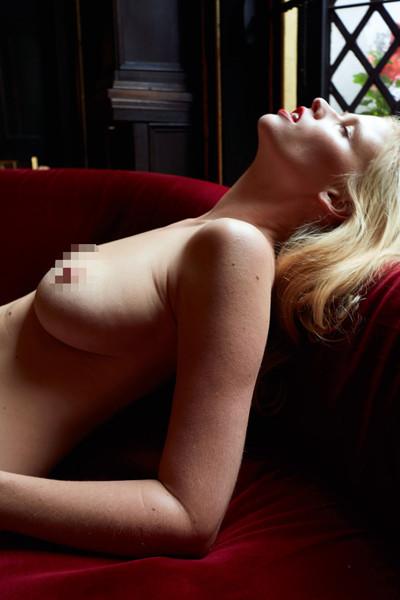 Без фотошопа: модель Лара Стоун показала фигуру после родов