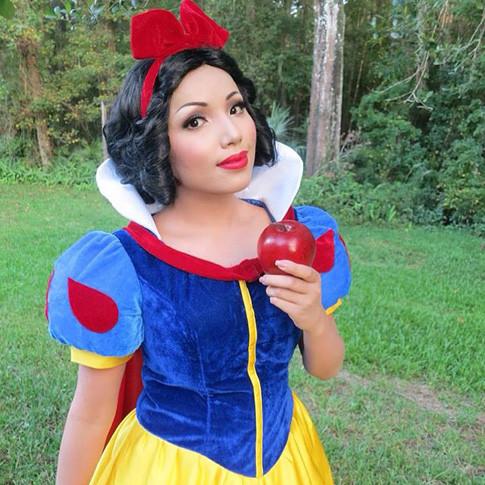 Таманг Пхан покорила интернет бьюти-перевоплощениями в разных сказочных героинь.