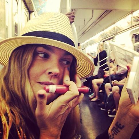 Фотофакт: Дрю Бэрримор делает маникюр в метро
