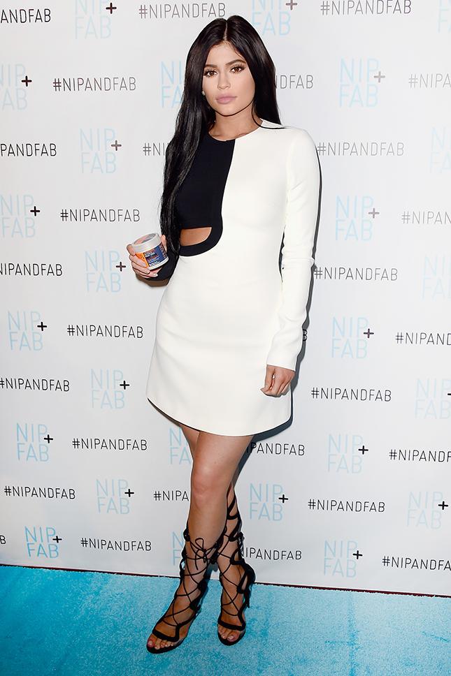 Образ дня: Кайли Дженнер в платье David Koma на вечере косметической марки