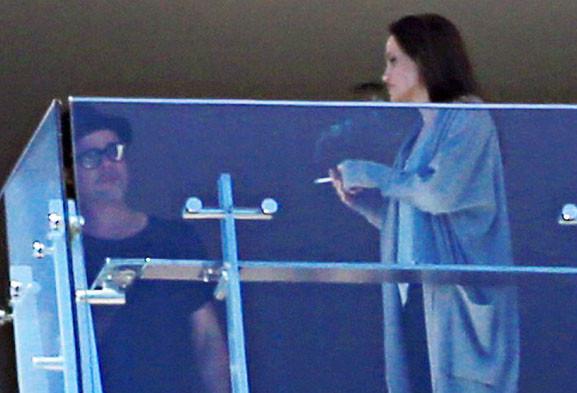 Фотофакт: Анджелину Джоли застукали за курением