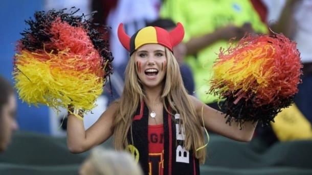 Звездный час 17-летней белокурой бельгийки Аксель Деспигелере наступил во время матча Россия — Бельгия на Чемпионате мира по футболу в Бразилии. Тогда ее милое личико, разрисованное в национальной гамме бельгийской сборной, случайно попало в интернет в общем массиве снимков с болельщиками. Девушка настолько понравилась пользователем, что тут же была найдена в Facebook и награждена десятками тысяч лайков и более 200 000 новых подписчиков. После такого ажиотажа на Аксель обратили внимание представители знаменитой косметический марки L'Oreal, которые и предложили юной красотке очень выгодный контракт на кругленькую сумму. Конечно же, счастливая девушка согласилась и уже очень скоро мы увидим Аксель в новой рекламной кампании бренда. Вот, что значит отказать в нужное время в нужном месте!