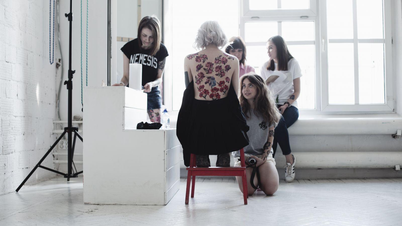 Временное решение: Estee Lauder и художник Sasha Unisex создали лукбук коллекции переводных тату