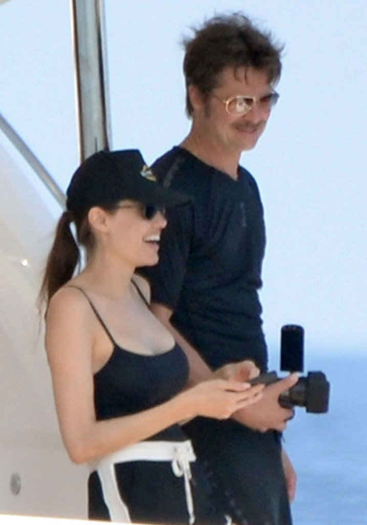 Анджелина Джоли похвасталась стройной фигурой на отдыхе
