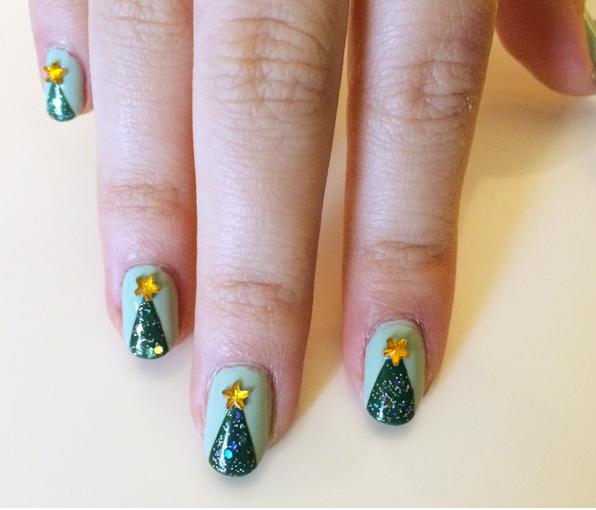 Новогодняя елка на ногтях — самый простой и верный способ привнести хоть немного праздничного настроения в такую теплую и бесснежную зиму. А главное, это так просто, что с задачей справится даже ребенок!
