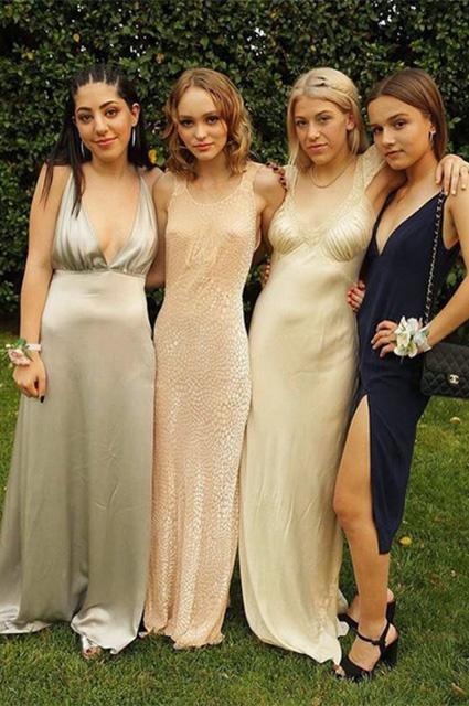 У Лили-Роуз Депп - выпускной: какое платье выбрала дочь Джонни Деппа? фото