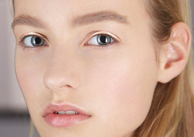 Шелковые стрелки - трендовый макияжа на показе Christian Dior