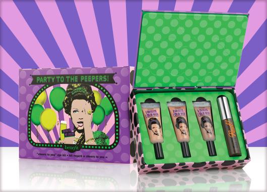 """Benefit представили новогодние наборы, которые могут стать хорошим подарком, потому как упакованы в яркую ретро-коробочку, или стать презентом себе-любимой, ведь все продукты для макияжа в сетах подобраны таким образом, чтобы с их помощью можно было создать полноценный образ для вечеринки и на каждый день. Давайте рассмотрим их поближе.   Life of the party!  Включает в себя базу для макияжа, мини-пудру с шимером, тени трех нюдовых оттенков, тушь и тинт для губ и щек. С этим сетом легко прекрасно выглядеть в любое время в любом месте.     Your b.right!   Кожа будет выглядеть сияющей! Этот комплект включает в себя знаменитые средства уходу за кожей от Benefit, действие которых направлено на борьбу с несовершенствами: эмульсия, крем для кожи вокруг глаз, выравнивающий праймер, серум.     REAL cheeky party   Этот лимитированный набор содержит восемь любимых продуктов поклонниц Benefit, в том числе два бестселлера — удлиняющая тушь и бронзатор!   Party to the peepers!   Набор очень прост: три оттенка кремовых теней для век в тюбике и знаменитую удлиняющая тушь They're real! lengthening mascara.     Get your party on!   Этот специальный праздничный набор содержит четыре продукта-бестселлера, которые помещены в жестяную банку. Тушь, бронзер, гель для бровей, хайлайтер — и больше ничего не нужно.   Party poppers  12 дней — 12 продуктов, каждый их которых спрятан в свой """"шкафчик"""". При открытии каждой новой дверцы играет соответствующая музыка — вечеринка на туалетном столике!"""