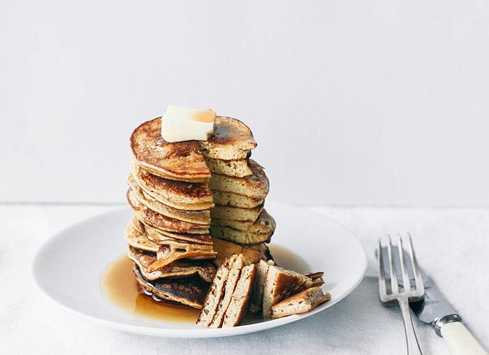 Завтрак-пятиминутка: пышные панкейки из двух ингредиентов для здорового начала дня