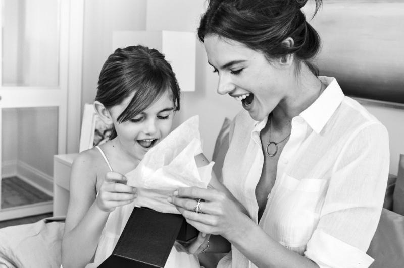 День матери: Алессандра Амбросио с дочкой Аней снялась в фотосессии для Michael Kors