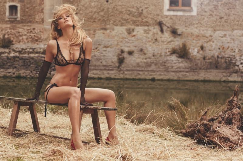 Любовь на сеновале: Бар Рафаэли в роскошном белье Agent Provocateur