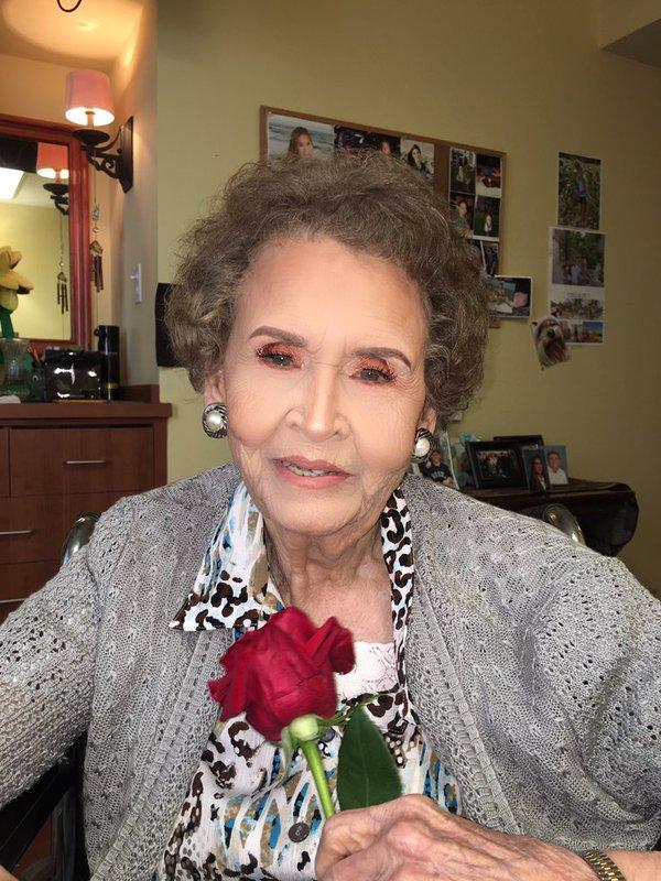 Нереальное преображение: 18-летняя внучка сделала 97-летней прабабушке макияж