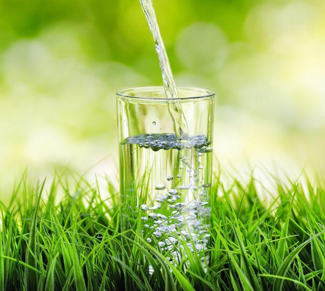 Питьевой режим в жару: как правильно пить воду летом?
