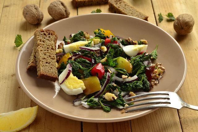 Салат с крапивой и яйцами