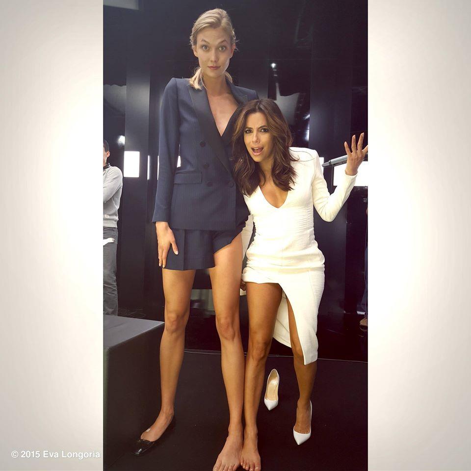 Фотофакт: Ева Лонгория и Карли Клосс померялись ногами