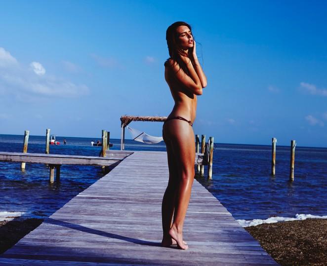 Идеальное тело: Эмили Ратажковски позирует в бикини