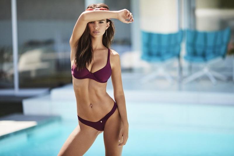 Вот это тело! Эмили Ратажковски покоряет идеальной фигурой в купальнике