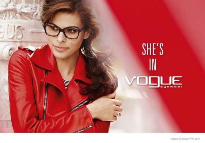 Молодая мама Ева Мендес примеряет модные очки
