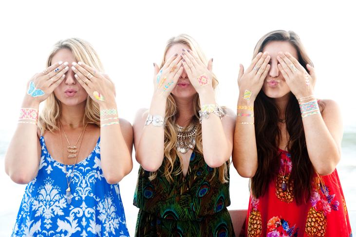 Флэш-тату принято носить на фалангах пальцев в сочетании с многочисленными перстнями, на запястьях, плечах и щиколотках. Также модницы носят флэш-тату, чтобы почеркнуть свой идеальный загар на животе и акцентировать внимание на зону декольте. В сети Instagram, чаще всего, можно встретить фото девушек, позирующих с флэшками в виде цепочек, цветочных узоров, геометричных фигур и восточных орнаментов. Большой популярностью пользуются мехенди (индийская техника рисования хной, переплетающиеся узоры на руках), выполненные из флэш-татуировок.    С флэш-тату можно смело идти на pool party, веселится до утра на пенной вечеринке и танцевать, танцевать, танцевать! Эти татуировки не боятся воды, солнца, песка до тех пор, пока ты не повредишь именно тот участок кожи, на котором красуется флэшка. Конечно, если ты принимаешь душ два раза в день, мажешься маслами и кремами, то и жизнь твоей татуировки будет ощутимо укорочена. В виду этого татуировки на фалангах пальцев держатся намного меньше, чем на других зонах тела.   Как наносить флэш-тату? Конечно, для первого раза мы рекомендовали бы обратиться к профессионалам, но если ты все привыкла делать самостоятельно, процедура выглядит так:   Предварительно очисть кожу, насухо вытри, убедись, что на ней не осталось следов крема и других продуктов.   Вырежи татуировку как можно ближе к краю, удали прозрачный топ.   Распредели татуировку на теле, приложив ее рисунком вниз. Убедись, что рисунок расположен симметрично.  Смочи татуировку с помощью влажной губкой, тщательно прижимая к коже. Держи тату под прессом 30 секунд. Затем аккуратно сними бумагу и дай рисунку высохнуть. Можешь немного подсушить феном.   Как удалять флэш-тату? Просто мочи салфетку в любом масле (подойдет и спиртовая жидкость) и тщательно протри кожу.   Производители не рекомендуют намыливать участки кожи с флэш-тату, а также наносить средства, как мы уже писали выше, с маслами и спиртом. При правильном и бережном уходе временная татуировка будет тебя радовать на прот