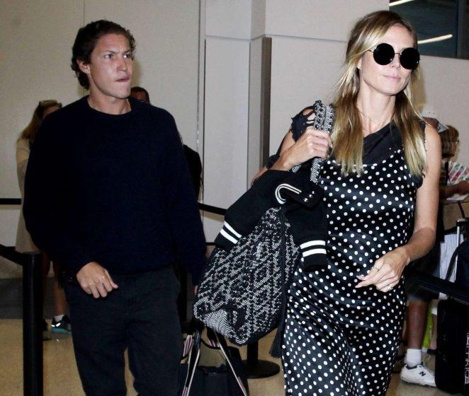 Хайди Клум без макияжа и в странном платье в аэропорту Нью-Йорка (ФОТО)