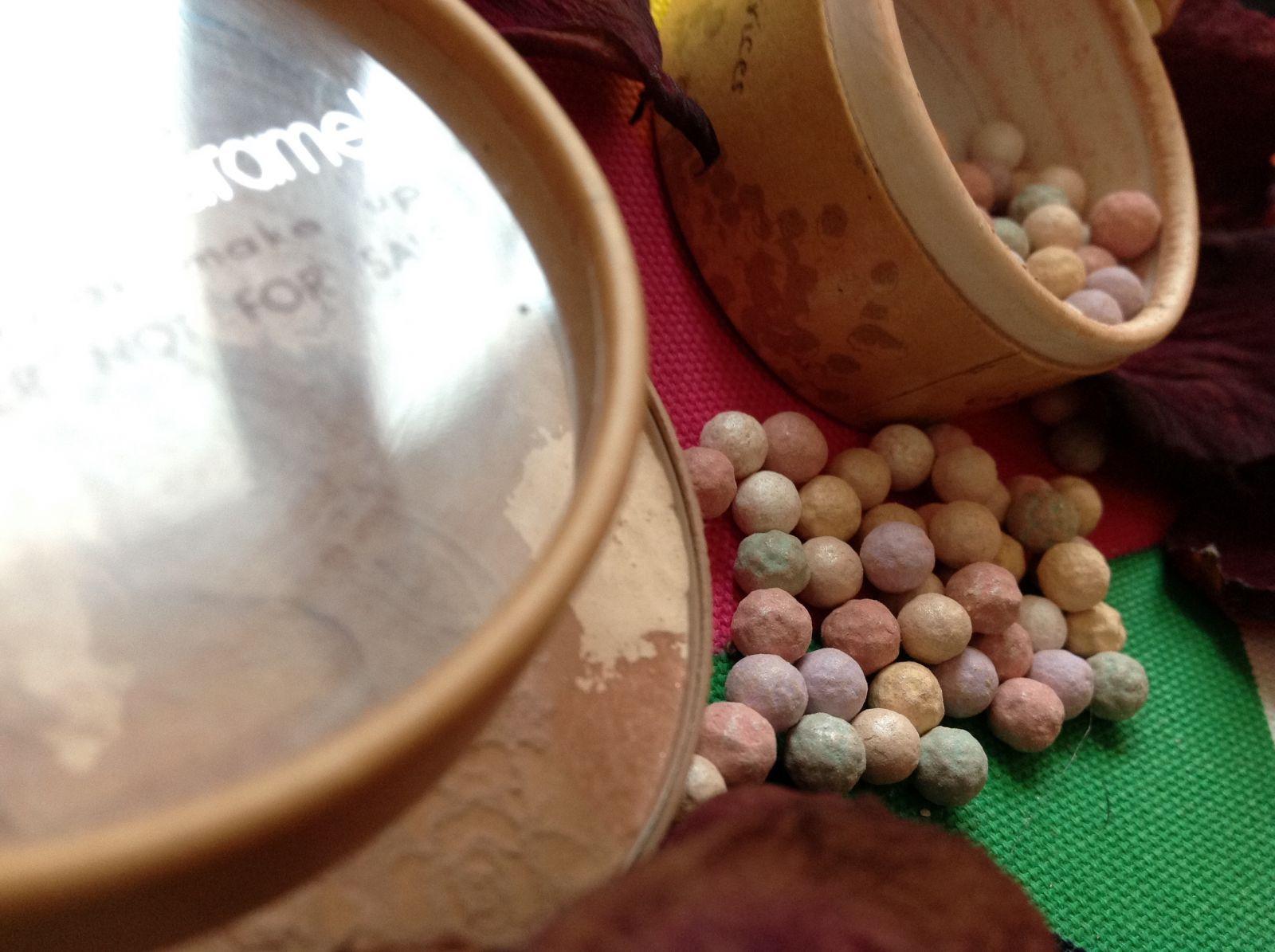 Обзор от редактора: органическая пудра и жемчужные шарики от Couleur Caramel